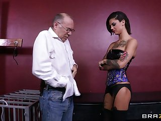 Rough lesbian drilling with sex toys - Bonnie Rotten and Skin Diamond