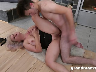 Panhandler fucks his mature aunt until will not hear of pussy starts dripping sperm